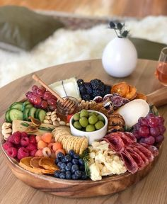 Easy Entertaining with Meg Quinn - Articulate We can always use more easy entertaining tips. Food stylist extraordinaire Meg Quinn gives us her for tips on making simple, beautiful charcuterie boards. Gourmet Recipes, Appetizer Recipes, Cooking Recipes, Party Appetizers, Pizza Recipes, Charcuterie And Cheese Board, Cheese Boards, Charcuterie Platter, Meat Cheese Platters