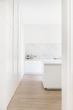Timeless contemporary kitchen features a wall of built-in cabinet, white marble backsplash and countertop. Timeless contemporary kitchen features a wall of built-in cabinet, white marble backsplash and countertop. Contemporary Kitchen Interior, Interior Design Kitchen, Interior Livingroom, Interior Ideas, Küchen Design, House Design, Design Styles, Minimalist Kitchen, Minimalist Decor