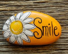 Smile Daisy Painted Rock, Decorative Accent Stone, Paperweight by HeartandSoulbyDeb on Etsy Rock Painting Patterns, Rock Painting Ideas Easy, Rock Painting Designs, Paint Designs, Stone Art Painting, Pebble Painting, Pebble Art, Acrylic Painting Rocks, Painted Rocks Craft