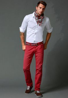 The denim colors create original and eye-catching outfits. This beautiful casual is Tommy Hilfiger. Red Chinos, Red Pants Men, Red Jeans, Denim Jeans, Red Trousers, White Pants, White Dress, Smart Casual, Men Casual