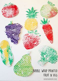 Pintar con papel de pompitas. Los niños pueden realizar diferentes dibujos con moldes de este material, en este caso de frutas y verduras.