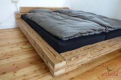 Bett aus handgehackten Altholz Balken