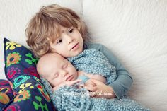 Enjoy your next newborn siblings photography session, and remember that preparation before the shoot and flexibility during the shoot are the keys to success! Poses pictures photos family holiday card tips ideas maternity baby toddler kid