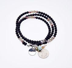 Matter Onyx und Labradorit sind mit Süßwasser-Perlen kombiniert. Die Kette/Armband ist mit Manetverschluss.Anhänger sind ein Antik Münze und Amazonit und Süßwasser-Perle.Länge: 60 cm