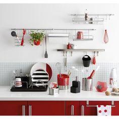 Une barre de crédence, des supports et des rangements pratiques pour les petites cuisines