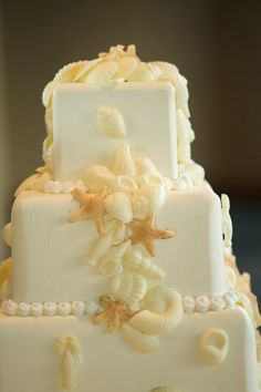 to complete your sunnyside ceremony with a beach themed cake.  via:weddingomania