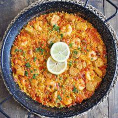Paella with Tuna & Shrimp. How to Make an Authentic Spanish Paella with Tuna & Shrimp Romanian Food, Romanian Recipes, Health Dinner, Dinner Healthy, Spanish Paella, Paella Recipe, Magic Recipe, Fish Curry