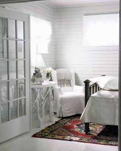 black-white-bedroom-interior-decorating-ideas-red-rug