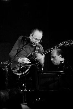 Les Paul live October 2008  photo from Wikimedia Commons
