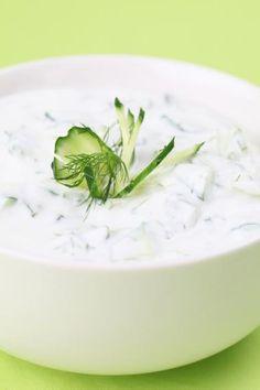 tzatziki Bijgerecht met yoghurt klaar in 5 - 10 min.  tzatziki Bereiden:  Was en rasp de komkommer. Laat goed uitlekken in een zeef, k...