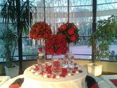 Hermoso decorado de Salón para Fiesta de 15 años en tonos de rojo, blanco y negro. ¡Gracias Mariela!