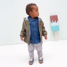 Klassieke army groene baby jas van Tumble 'N Dry met hippe update. Stoere witte rits, grote witte drukknopen, blauw wit gestreepte voering en winddicht. Tumble N Dry, Baby Jas, Overalls, Hipster, Pants, Style, Fashion, Catsuit, Moda