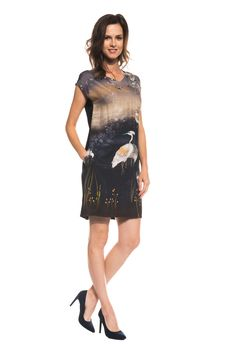 Sukienka we wzory z dekoltem w literkę V