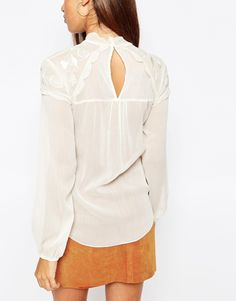 Λευκή μπλούζα με άνοιγμα στη πλάτη