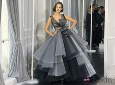 Diseño de tul en tonalidades grises con grandes volúmenes de Christian Dior Alta Costura