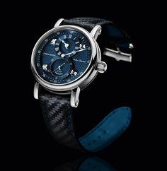 Mit dem Regulateur machte Gerd-Rüdiger Lang sich und seiner Marke Chronoswiss einen Namen. Seit 1987 ist dieses Modell fester Bestandteil der Kollektion. 2016 erhält die Armbanduhr als Sirius Flying Regulator ein überarbeitetes Zifferblatt, das für mehr Dreidimensionalität sorgen soll.    Die An