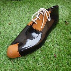 Forme à chaussures en bois peinte façon chaussure d'homme