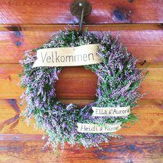 Dørkrans av røsslyng. Skilt laget av bjørkenever. Runes, Grapevine Wreath, Grape Vines, Hanukkah, Diy And Crafts, Floral Wreath, Wreaths, Tv, Flowers