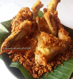 Diah Didi's Kitchen: Ayam Goreng Kremes Ala Mbok B erek Asian Recipes, Beef Recipes, Chicken Recipes, Cooking Recipes, Sambal Recipe, Diah Didi Kitchen, Malay Food, Indonesian Cuisine, Indonesian Recipes