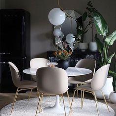 • The Dinner • (: @baremalin )God kväll, Söndagen lider mot sitt slut och helgen har varit fylld med inredningsinspo och härliga höstpromenader. Under hösten har jag letat frenetisk efter de perfekta köksstolarna.. And I think I have found the perfect ones. Gubi stolarna, beetle chair i plats. De är så snygga, så bekväma att sitta på. Jag tror att vi köpa de svarta. Ikväll bjuder jag på en magisk bild från underbara @baremalin vackra matplats. Sweet dreams! ✨ #skönarum #skönahem #pl...