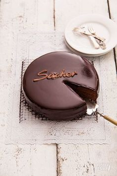Deze Sachertorte lijkt erg op de orginele. De malse chocoladecake is gevuld met abrikozenjam en overgoten met chocoladeganache.
