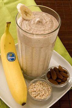 Licuado de plátano: En licuadora licúa 1 plátando, 1 taza de hielo, 1/4 taza de avena cocida, 1 cuchara de almendras, 1/2 taza de leche, y una pizca de canela.