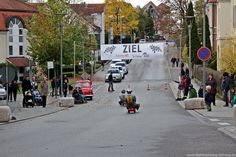 Martin Pilzweger (Autofabrik Bodensee, Tettnang) gegen Johannes Forster (Metzgerei Foster) beim Bobby-Car-Rennen während der Autoschau am 27...