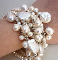 As for the history of Italian jewelry, not to be outdone by the ancient Greeks, the Romans attributed pearls to Venus and enriched the theory of their divine origins with Eastern myths, including the fertilization of oysters through a kind of bank Heavenly seed of divine dew.