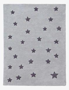 Bezaubernder Kinderzimmer Teppich voller Sterne! Der getuftete, das heißt von Hand gearbeitete Kinderteppich mit Sternen verbreitet eine traumhaft schöne Stimmung in jedem Kinderzimmer. Der Sternenteppich hält viel aus, ist langlebig und leicht zu pflegen. Produktdetails:Teppich: Reine Baumwolle, getuftet. 100 x 133 cm. Sternen-Motive. Hinweis: Vor dem ersten Benutzen bitte gründlich staubsaugen. Bitte nicht waschen oder chemisch reinigen.;