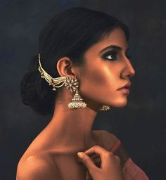 21 Chic & Trendy Bahubali Earring Designs for the Trendsetter Brides Indian Wedding Jewelry, Indian Bridal, Indian Jewelry, Jewelry Design Earrings, Designer Earrings, Jewellery, Bridal Earrings, Bridal Jewelry, Hoop Earrings