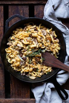 The most important thing first: this easy Cheese spaetzle with fried mushrooms addictive!After you put the first fork of fluffy-soft, marvelous cheese thread-pulling spaetzle with crunchy mushrooms an Easy Healthy Dinners, Healthy Dinner Recipes, Vegetarian Recipes, Fried Mushrooms, Stuffed Mushrooms, Stuffed Peppers, Cheese Spaetzle, Herb Salad, Mushroom And Onions