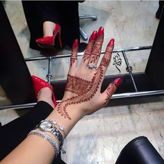 "Beauty on Instagram: "". #حناء#حنايات#الحناء#رسم#نقش#فن#موضه#ديزاين#الامارات#ابوظبي#مشاركه#دبي#تصويري#عدستي#العين #صالونات#ذهب#عروس#فساتين#عبايات# #قطر#البحرين#عمان#heena#henna_art#design#uae#mehemdi#hudabeauty#jumeirah . الراعي الرسمي : @aaljazeera @aaljazeera"""
