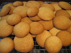 Biscuits Simple to make honey biscuits, even the kids can help make them!Simple to make honey biscuits, even the kids can help make them! Honey Recipes, Sweet Recipes, Baking Recipes, Cookie Recipes, Dessert Recipes, Easy Recipes, Snack Recipes, British Biscuit Recipes, British Biscuits