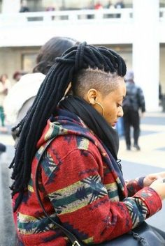 Shaved sides with yarn dreads Faux Locs Hairstyles, New Natural Hairstyles, Black Women Hairstyles, Natural Hair Styles, Short Hair Styles, Yarn Dreads, Dreadlocks, Dreads Undercut, Long Dreads