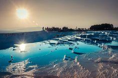 広い台地にどこまでも続く不思議な白い棚田。空の青と棚田の白い輝きが生み出すパムッカレの眺めは、他にはない神秘的な光景です。ここではそんなトルコのパムッカレについてご紹介します。|トルコ, 中東|アイディア・マガジン「wondertrip」