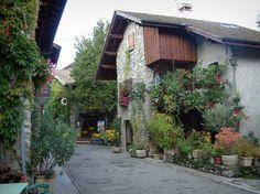 Yvoire: Maisons du village médiéval décorées de fleurs et de plantes - France-Voyage.com