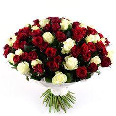 101 красно-белая роза - пышный и очень торжественный букет. Он станет отличным подарком в честь особых дат для самых дорогих людей. Композиция состоит из роскошных роз. Таинственные и притягательные красные – это намек на страстную любовь, которая не знает границ и преград, а также уважение и признание. Утонченные белые символизируют нежность, честность и искренность.