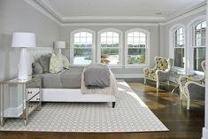 chambre-fenêtres-gris-blanc-fauteuils-motifs
