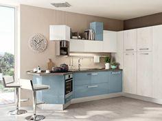 weiße Küche praktisch platzsparend gestalten hellblau weiß