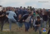 Captado En Video Como Reportera Golpea A Varios Refugiados Que Huían De Las Autoridades #Video