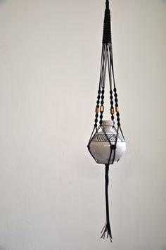 Deko-Objekte - 'Petra Pompadour' Makramee Blumenampel // schwarz - ein Designerstück von California-Dreaming bei DaWanda