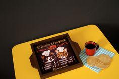 Bandeja fofa com as gatas mais queridas do Brasil! Um mimo para gatófilos, para servir  o cafezinho ou o lanchinho da tarde.  Bandejinha em MDF pintado com fundo em azulejo impresso. 17,5 x 17,5 cm  http://fofysfactory.iluria.com/pd-12da89-bandejinha-beterraba-calabresa-cafe.html?ct=&p=1&s=1