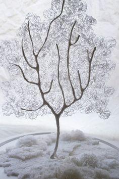 Chacune de mes sculptures en papier représente la mise en forme de recherches personnelles élaborées au fil du temps et de mes projets.