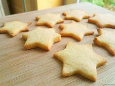 Aqui estão uns biscoitos perfeitos para o Natal, são simples de fazer com um sabor forte a manteiga e baunilha, podes também fazer uma versão mais natalícia acrescentando uma pitada de canela, cravinho e noz moscada. Estes biscoitos também são perfeitos para fazer com a pequenada, não dão trabalho nenhuma a fazer e depois cortar nas formas que quiseres, ficam sempre fantásticos. Receita de Biscoitos Estrela de Natal Ingredientes Farinha sem Fermento – 200gr Manteiga sem Sal – 100gr Baunilha… Croissants, Cookies, Four, Hanukkah, Sweet Recipes, Tea Time, Deserts, Food And Drink, Yummy Food