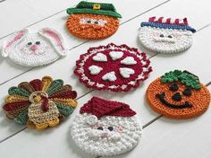 Original Crochet Design by: Maggie Weldon Skill Level: Easy Crochet Size: About diameter. For this crochet pattern, you will need: Materials: Yarn Needle; CD for each Coaster; Hot or Craft Glue; Crochet Kitchen, Crochet Home, Crochet Crafts, Easy Crochet, Crochet Projects, Glue Crafts, Yarn Crafts, Diy Crafts, Filet Crochet