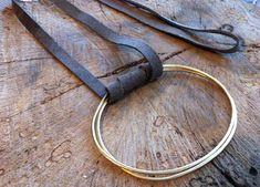 Declaración largo collar, joyería de cuero, diseño contemporáneo, collar largo de oro, Círculo colgante, Idea de regalo