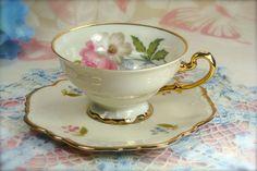 Šálek na čaj * bílý porcelán se zlaceným okrajem a ouškem a malovanými květinami.