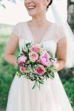 Diese ganz wunderschöne und zauberhafte Hochzeit hatte alles was eine wunderschöne und zauberhafte Hochzeit ausmacht: Eine strahlende Braut, ein bis über beide Ohren verliebter Bräutigam, ein sündhaftes Kleid in elfenbeinweiß, zarte Rosen und Blumen überall, eine ganz wunderbare, romantischeLocation, strahlenden Sonnenschein undviele, viele, glückliche Gäste die all das mit Hanni und Uli teilten. Liebe Hanni …