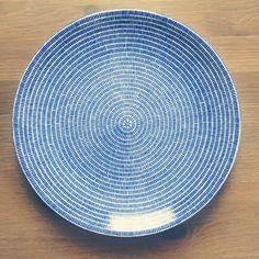 ついに、つい!にこのお皿を購入しました♥︎かもめ食堂のオニギリをのせてたあのプレート。26cmの平皿です。うれしー¨̮ #arabia #24avec #かもめ食堂 #北欧 #アラビア #食器 #皿