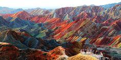 Фото: Невероятные места на Земле, которые поражают своей красотой (Фото) Цветные скалы Чжанъе Данксиа в Китае.